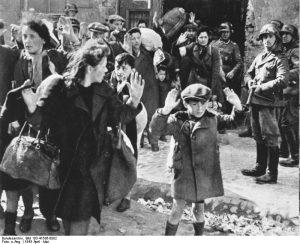 ADN-ZB II. Weltkrieg 1939-1945 Aufstand im Warschauer Ghetto vom 19.4.-16.5.1943 Während der Unterdrückung des Aufstandes und der Vernichtung des Ghettos wurden über 50.000 Menschen getötet oder in Vernichtungslager verschleppt. UBz: Abtransport zum Vernichtungslager. (Aufnahme aus dem Bericht des mit der Unterdrückung des Aufstandes beauftragten SS-Führers Jürgen Stroop).